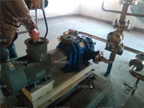 排污泵属于无堵塞泵的一种,具有多种形式:如潜水式和干式二种,干式有凸轮转子式的排污泵,主要用于输送城市污水,粪便或液体中含有纤维、纸屑等固体颗粒的介质,通常被输送介质的温度不大于80。由于被输送的介质中含有易缠绕或聚束的纤维物。故该种泵流道易于堵塞,泵一旦被堵塞会使泵不能正常工作,甚至烧毁电机,从而造成排污不畅。给城市生活和环保带来严重的影响。因此,抗堵性和可靠性是污水排污泵优劣的重要因素。 和其它泵一样,叶轮、压水室、是污水排污泵的两大核心部件。其性能的优劣,也就代表泵性能的优劣,污水排污泵的抗堵塞性